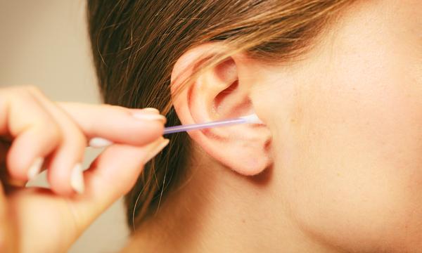 pulire le orecchie con il cotton fioc, quali sono i pericoli