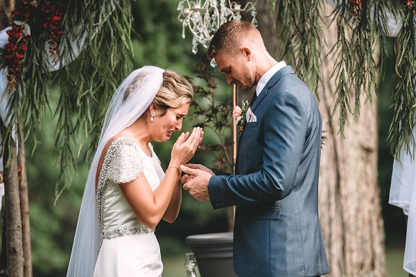 Sposa piange sull'altare, il motivo è straziante