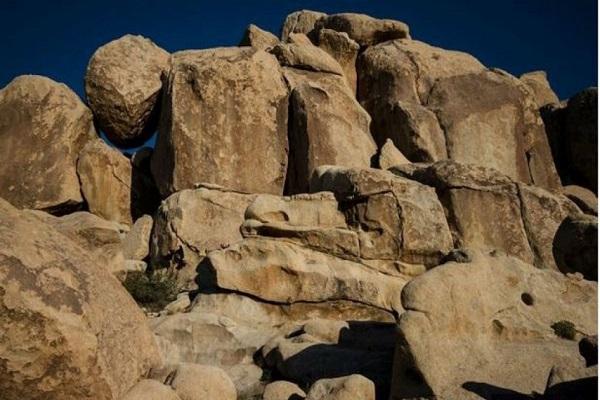 Bambina tra le rocce: riesci a vederla?