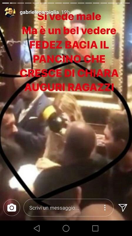 Fedez bacia il pancino di Chiara Ferragni
