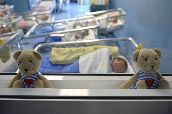 Scambio di neonate in culla: mamma allatta figlia sbagliata