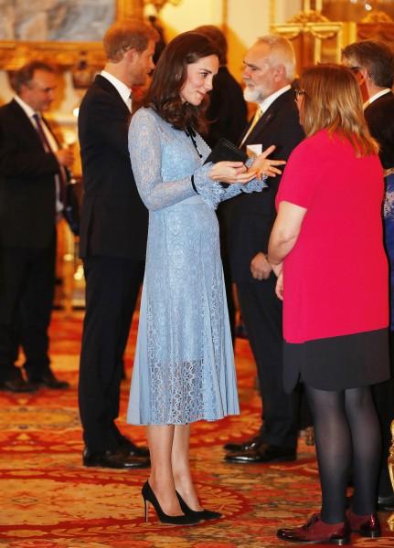 Uscita pubblica di Kate Middleton: prime foto del pancino