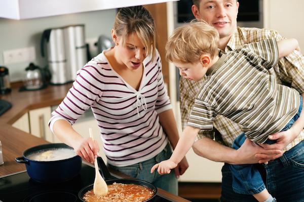 Sicurezza dei bambini in casa, in cucina bimbo lontano dai fuochi