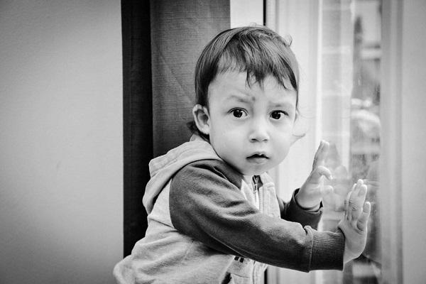Gabriel, il bambino allergico a tutto: può mangiare solo pesche fresche