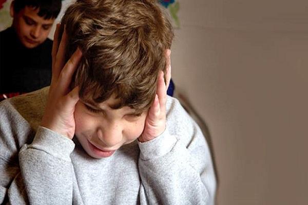 Bimbo autistico di 7 anni picchiato: insegnante sospeso