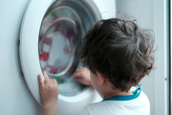 Bimbo di 5 anni morto soffocato nella lavatrice