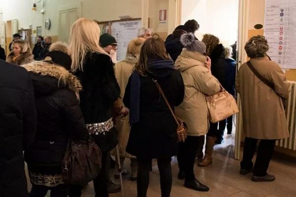 Donna di 85 anni muore in un seggio a Matera