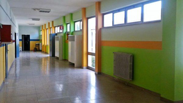 Spray urticante spruzzato nei corridoi di una scuola