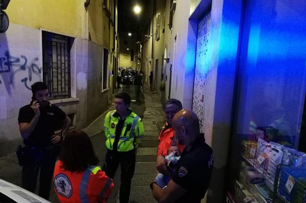 Neonato abbandonato in strada a Brescia: si cerca la madre