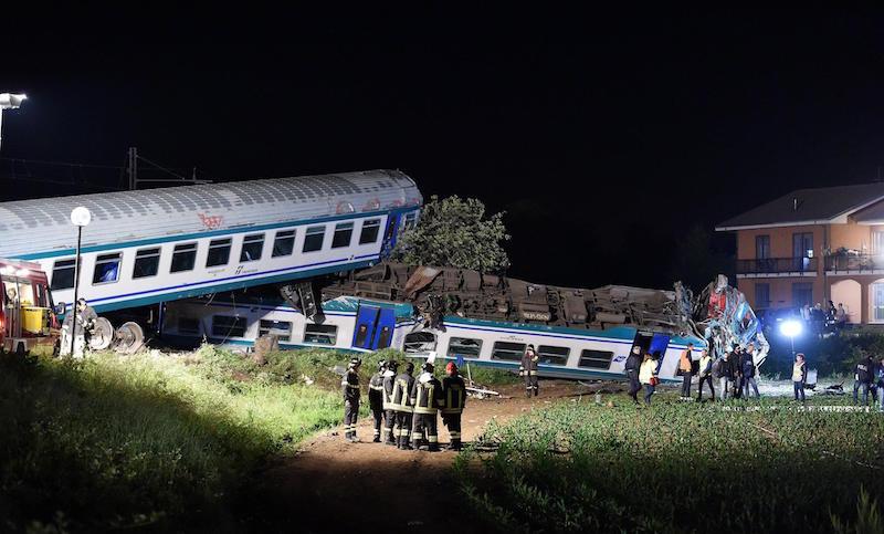 L' incidente ferroviario a Caluso, tra Torino e Ivrea, ha fatto due vittime, il capotreno e l'uomo alla guida del Tir che ingombrava i binari