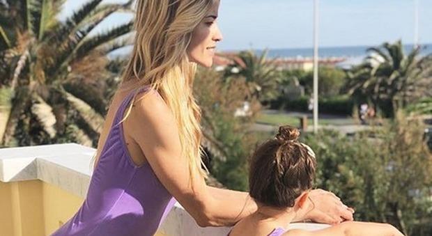 Elena Santarelli ha trascorso un giorno al mare con sua figlia Greta e forse non c'era Giacomo