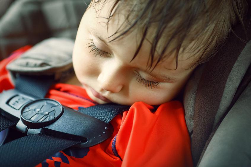 Bambino di 17 mesi dimenticato in auto dalla mamma