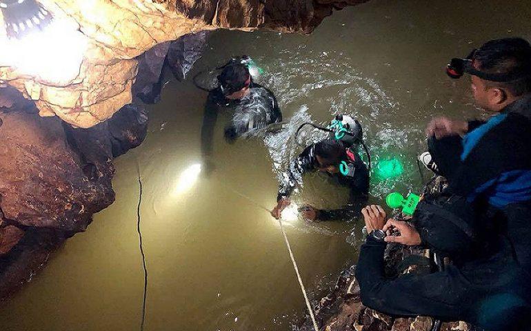 12 giovani calciatori rimasti intrappolati nella grotta