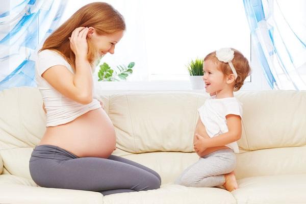 Bimba finge di partorire: mamma orgogliosa la filma