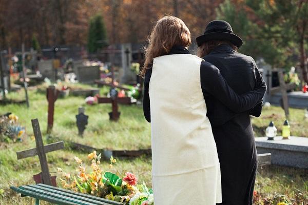 Tombe di 2 bimbe profanate: orrore al cimitero.