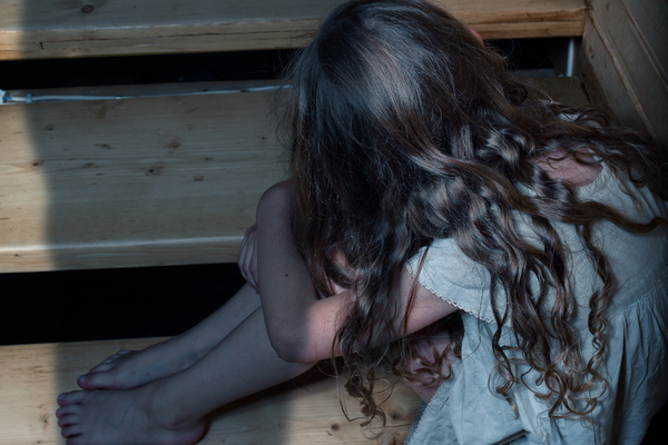 Papà abusa della figlia minorenne per 9 anni: la denuncia