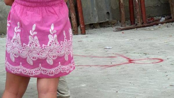 ha lanciato la figlia di 6 anni dal balcone