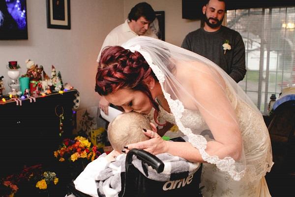 Keith Burkett: 12enne malato accompagna la mamma all'altare