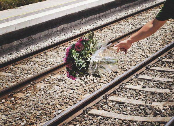 sola e incinta si lancia sotto un treno