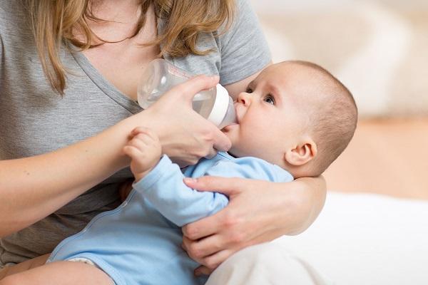 Acqua ai neonati: quando il bambino inizia a bere