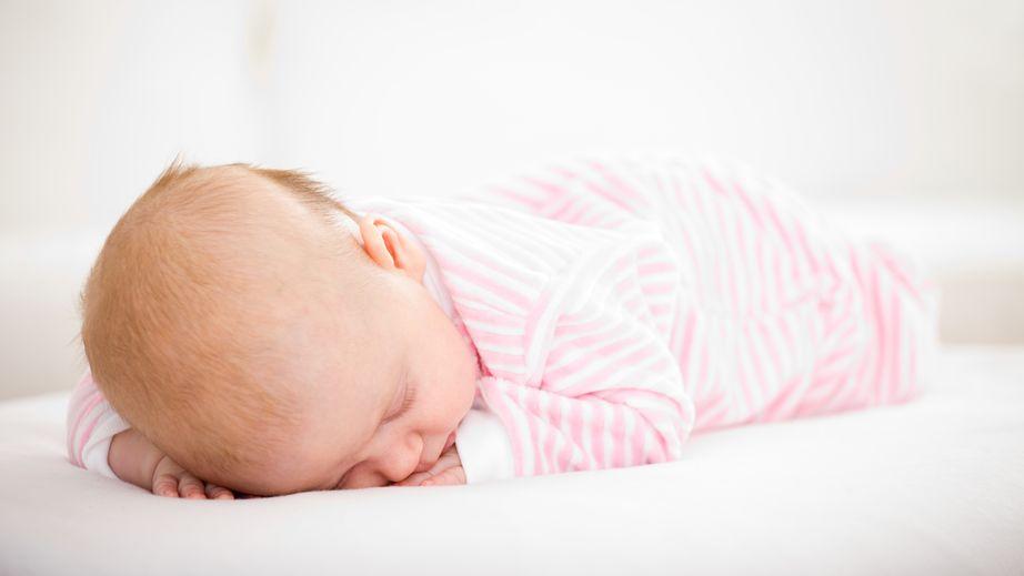 Mamma partorisce e abbandona la figlia neonata tra gli scogli