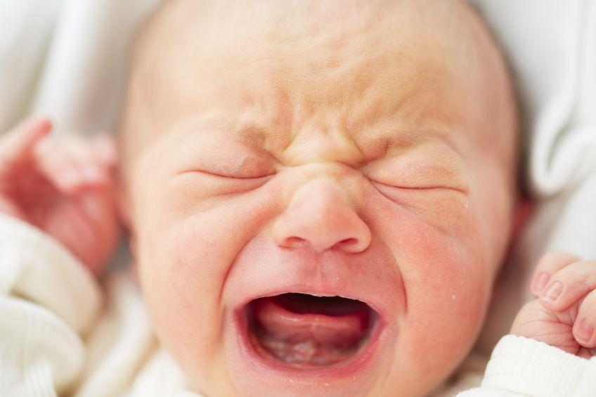 il neonato piange durante il sonno