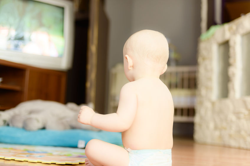 La televisione fa male al cervello dei bambini? A che età si può incominciare a guardare la Tv? Per quanto tempo si può guardare la televisione senza temere che ingeneri danni?