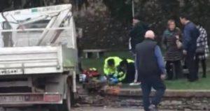 Camion in fuga travolge mamma e bimbo