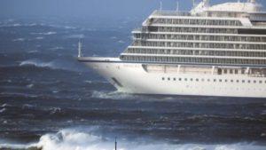 Nave da crociera in avari a largo della Norvegia