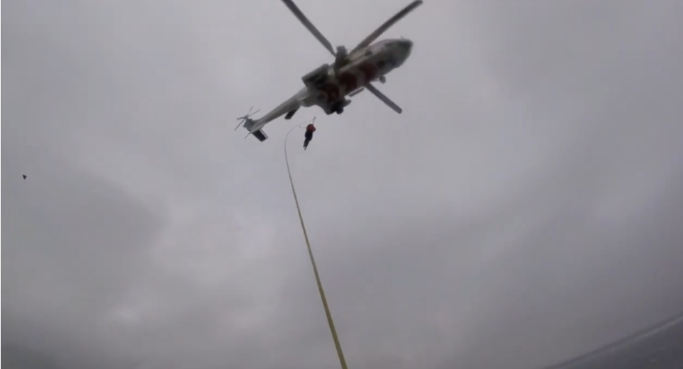 Viking Sky, nave da crociera in avaria a largo della Norvegia: il video del salvataggio via cielo di circa 400 passeggeri. Operazione senza precedenti.