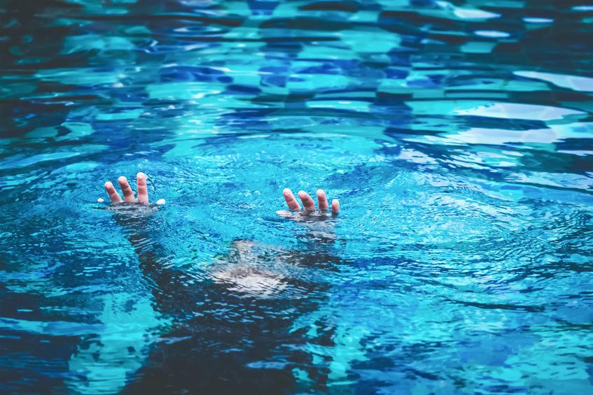 bambino è morto annegato in piscina
