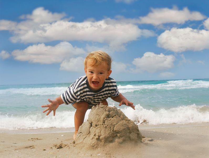 """Mamme in spiaggia, la loro non è proprio una """"vacanza"""""""