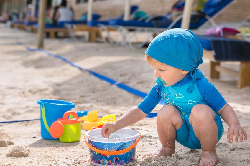 cosa fare quando il bambino mangia la sabbia