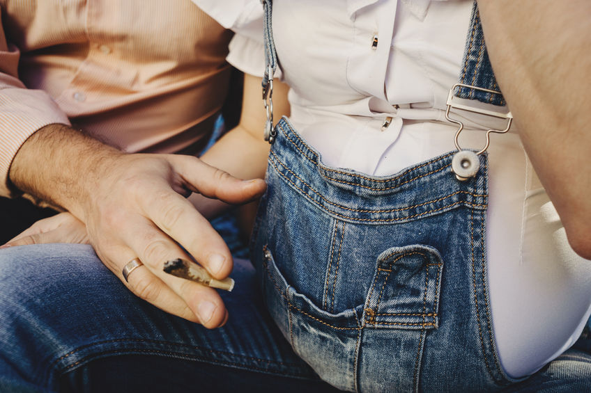 Fumare canne con bambini in casa, in gravidanza e in allattamento, pericoli.