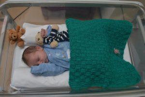 Neonato abbandonato per strada appena nato