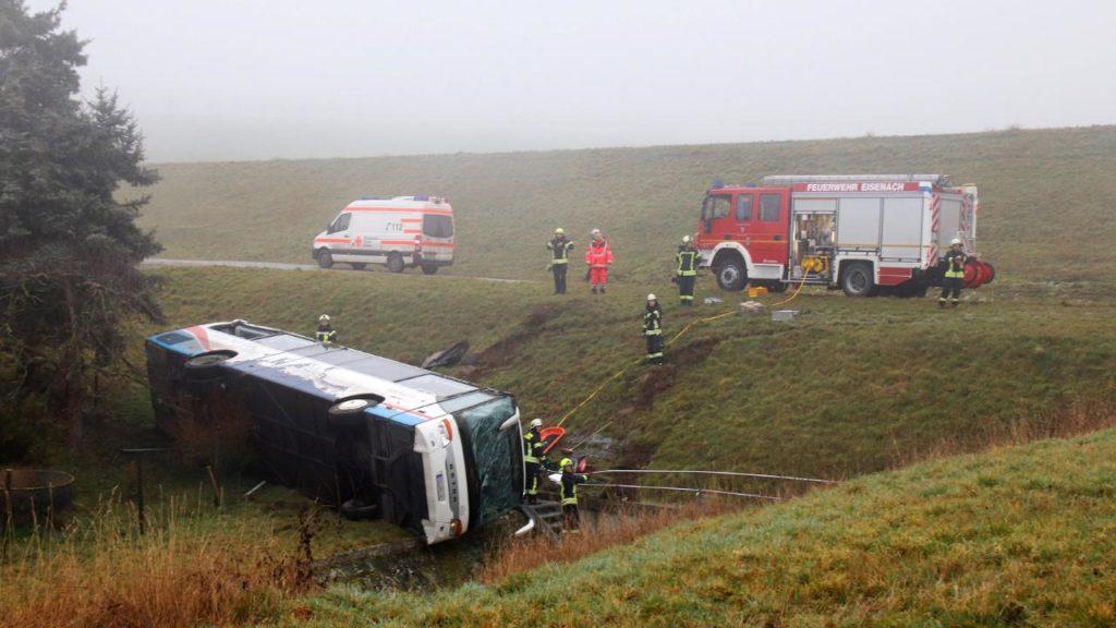 Scuolabus finisce fuori strada: 2 bimbi morti, scaraventati fuori dall'impatto e poi travolti dal pesante mezzo. 20 i feriti di cui 5 sono gravi. Si indaga.