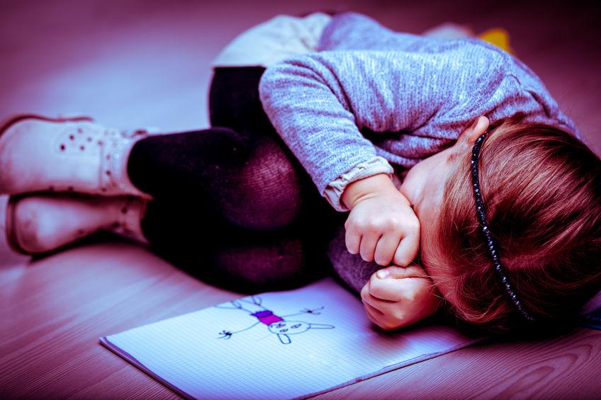 Bimba di 5 anni segregata in casa. Danni fisici equivalenti a un ritardo motorio e cognitivo, danni psicologici conseguenti all'isolamento: questo dopo 2 anni di buio