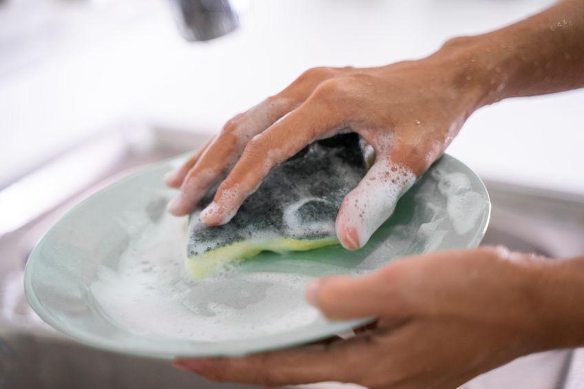 Lavare le mani spesso, come metterle a contatto con detergenti e detersivi, può lederne la salute