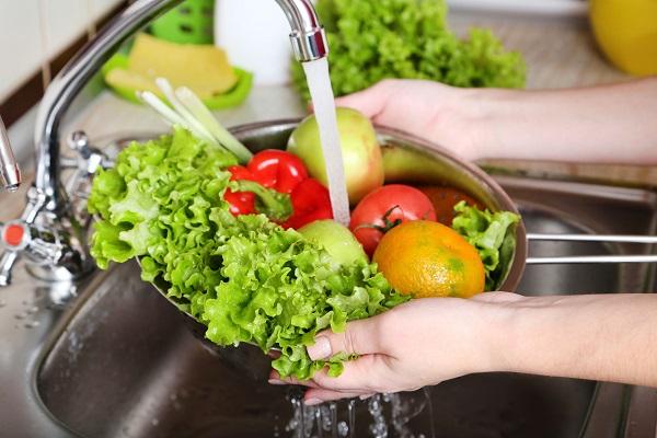 Come lavare frutta e verdura: mai usare il sapone