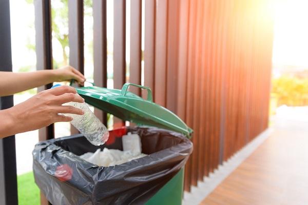 Come igienizzare i bidoni della spazzatura in quarantena