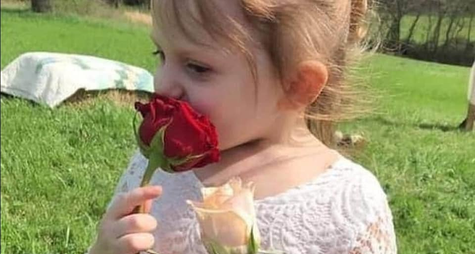 Bimba di 3 anni morta in una macchina ardente