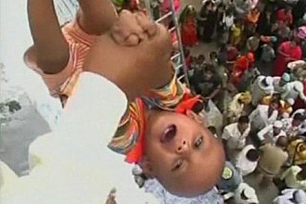 Lancio del bambino: il rituale indiano contestato