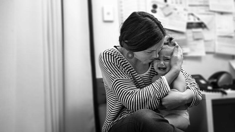 Sindrome della mamma chioccia, pericoli per lo sviluppo emotivo e la corretta crescita dei figli.
