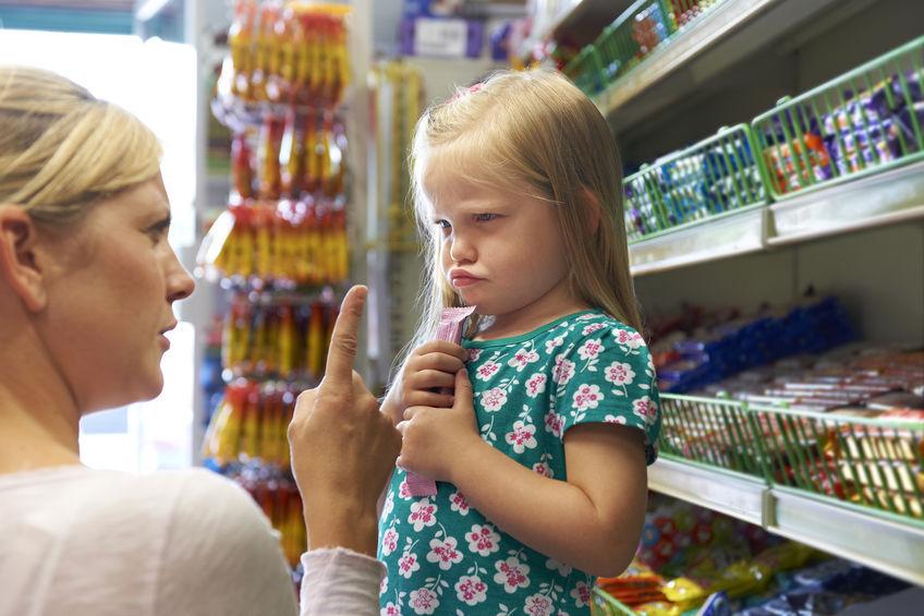 Bambino di 2 anni capricci in pubblico