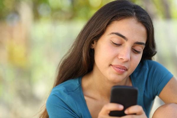 Chastity Patterson invia sms al padre morto, riceve risposta.