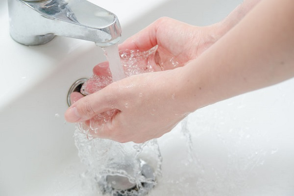 Risparmiare acqua in casa: doccia o bagno?