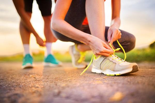 Allacciare le scarpe da ginnastica: nessuno sa a cosa servono questi 2 buchi in più