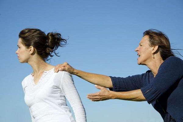 Litiga con la suocera: i parenti la chiamano egoista