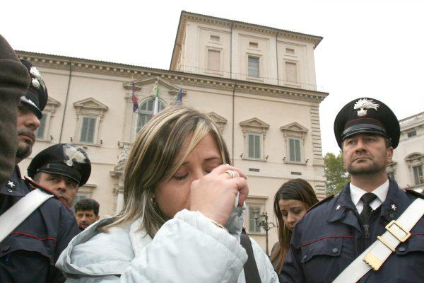 Mamma Piera Maggio, madre di Denise Pipitone, si e' simbolicamente incatenata davanti al Quirinale