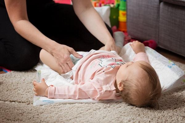 Come cambiare il pannolino con il consenso del bebè